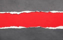 De papel rasgada con el espacio rojo para la nota Foto de archivo