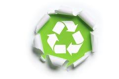 De papel rasgada con reciclan insignia Fotos de archivo libres de regalías