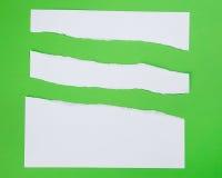 De papel rasgada en fondo verde Imagen de archivo