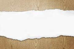 De papel rasgado no fundo de madeira Fotografia de Stock Royalty Free