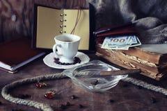 De papel retros esvaziam e os objetos encerram o charuto da corda Fotos de Stock Royalty Free