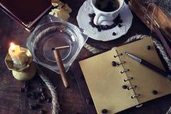 De papel retros esvaziam e os objetos encerram o charuto da corda Foto de Stock
