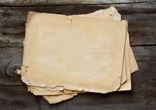 De papeles viejos en fondo de madera Fotografía de archivo