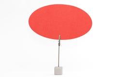 De paperclip houdt elliptische rode nota Stock Afbeelding