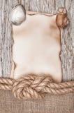 De papier âgé avec la corde et les coquillages de bateau sur le vieux bois Image stock