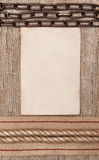 De papier âgé avec renvoyer le ruban, la chaîne en métal et la corde sur la toile de jute Image libre de droits