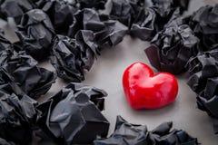 De papier chiffonné avec le coeur rouge sur le fond gris Photographie stock libre de droits