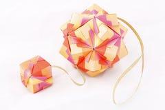 De papier-gemaakte bal van de origami kusudama die op wit wordt geïsoleerd¯ Stock Fotografie