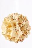De papier-gemaakte bal van de origami kusudama die op wit wordt geïsoleerdr Royalty-vrije Stock Afbeeldingen