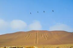 De Paracas kandelaberna som kallas också kandelaberna av Anderna, berömd attraktion på sanden av de Ballestas öarna, Peru, södra  Royaltyfri Foto