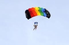 De parachutist daalt op een multi-colored valscherm Stock Foto