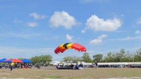 De parachutist landde binnen aan het doel, Nauwkeurigheid die landen, stock video
