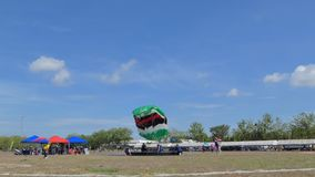 De parachutist landde binnen aan het doel, Nauwkeurigheid die landt, stock footage