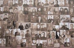 De parade in Tyumen ter ere van kan 9, 2018 Portretten van veteranen stock fotografie