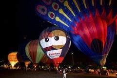 De parade van de de nachtgloed van hete luchtballons stock foto's