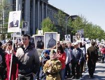 De parade van de overwinningsdag, is Onsterfelijk regiment, Omsk, Rusland 09 05 2014 Stock Fotografie