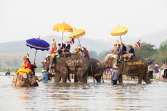 De parade van de Sukhothaiordening op olifants achterfestival bij Hadsiao-Tempel Stock Afbeeldingen