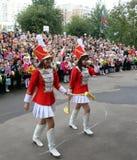 De parade van het schoolmeisje op 01 September - Russische beginnende schooljaardag Royalty-vrije Stock Foto