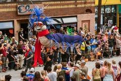 De Parade van poppenkastspelerscarry giant caterpillar puppet in Atlanta Halloween Stock Foto's