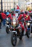 de parade van Santa Clauses op motorfietsen Royalty-vrije Stock Afbeeldingen