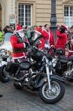 de parade van Santa Clauses op motorfietsen Stock Afbeeldingen