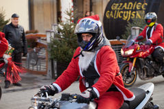 De parade van Santa Clauses op motorfietsen rond het Belangrijkste Marktvierkant in Krakau Stock Afbeelding
