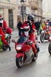 De parade van Santa Clauses op motorfietsen rond het Belangrijkste Marktvierkant in Krakau Stock Foto's