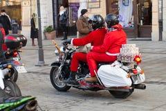 De parade van Santa Clauses op motorfietsen rond het Belangrijkste Marktvierkant in Krakau Royalty-vrije Stock Fotografie