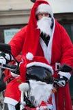 De parade van Santa Clauses op motorfietsen rond het Belangrijkste Marktvierkant in Krakau Stock Fotografie