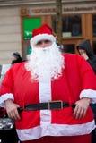 De parade van Santa Clauses op motorfietsen rond het Belangrijkste Marktvierkant in Krakau Stock Afbeeldingen