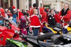 De parade van Santa Clauses op motorfietsen rond het Belangrijkste Marktvierkant in Krakau Royalty-vrije Stock Afbeeldingen