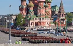De paraderepetitie van de overwinning: infanterie vormingen Stock Foto