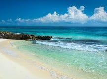 De paradijsaard, zand, zeewater, rotsen en zomer op de keerkring Royalty-vrije Stock Foto