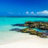 De paradijsaard, zand, zeewater, rotsen en zomer op de keerkring Royalty-vrije Stock Afbeelding