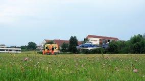 De paramedici overhandigen patiënt aan Politiehelikopter voor noodsituatie luchtvervoer aan het ziekenhuis Slovenska Bistrica stock footage