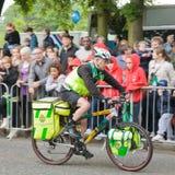 De paramedicus op een fiets neemt omhoog een standpunt in Stock Foto