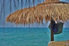 De parapluñ azuurblauwe mening † шÐ? van het palmstro over een overzees Royalty-vrije Stock Afbeelding