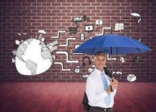 De paraplu die van de zakenmanholding bij camera glimlachen Stock Foto