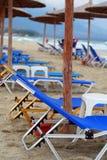 De paraplu en de bedden van het strand Royalty-vrije Stock Afbeeldingen