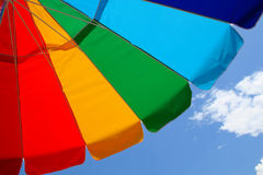 De Paraplu en de Hemel van het strand Stock Fotografie