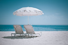 De paraplu en de stoelen van het strand Royalty-vrije Stock Fotografie