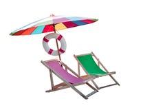 De paraplu en strand van paren het houten stoelen isoleerden wit stock afbeeldingen