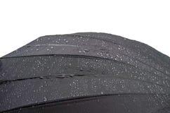 De paraplu ligt in de regen Regendruppels op een paraplu stock foto