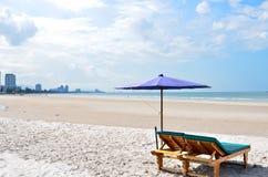 De paraplu's en de stoelen van de zon op het strand Royalty-vrije Stock Foto's