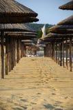 De paraplu's en het zand van het strand Stock Afbeeldingen
