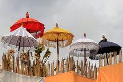 De paraplu's op de tempel voor godsdienstige vakantie Galungan in Bali (Indonesië) Stock Foto