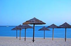 De paraplu's van de zon bij strand Stock Foto's