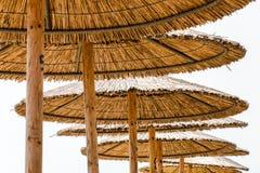 De paraplu's van het rietstrand Stock Afbeeldingen