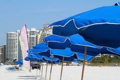 De paraplu's van het strand Stock Fotografie