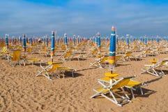 De paraplu's van het strand en sunbeds Stock Afbeeldingen